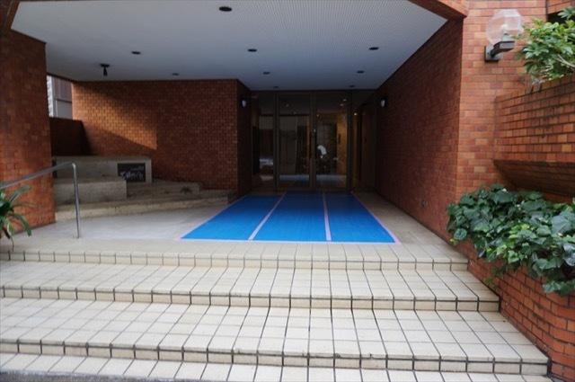 三田タウンハウスのエントランス
