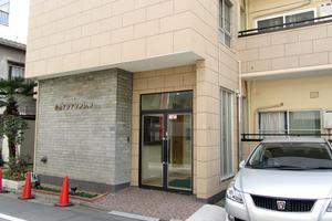 青山アジアマンションのエントランス