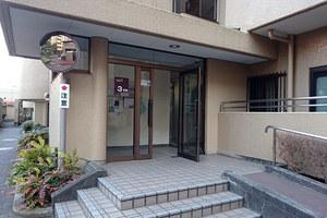 多摩川ハイム3号棟のエントランス