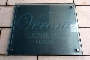 ヴェローナ空港西ルッソの看板