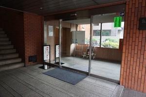 サニークレスト三田のエントランス