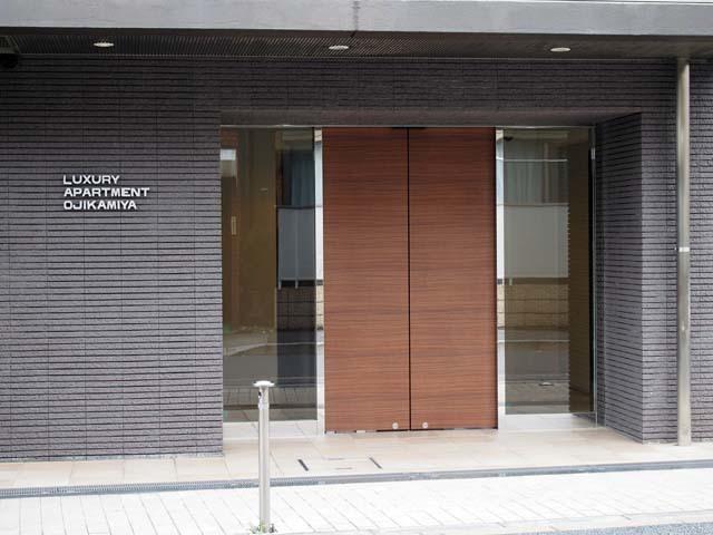ラグジュアリーアパートメント王子神谷のエントランス