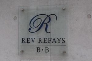 レヴリファイズビービーの看板
