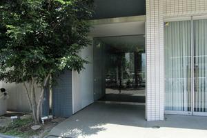 コンシェリア西新宿のエントランス