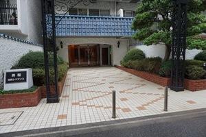 秀和田町レジデンスのエントランス