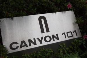 キャニオン101の看板