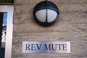レヴミュートの看板