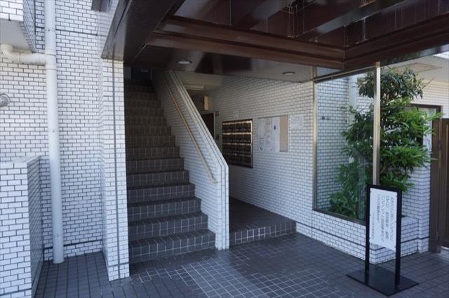 コスモ弘明寺のエントランス