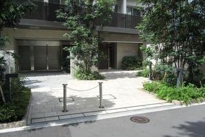 パークリュクス新宿御苑前monoのエントランス