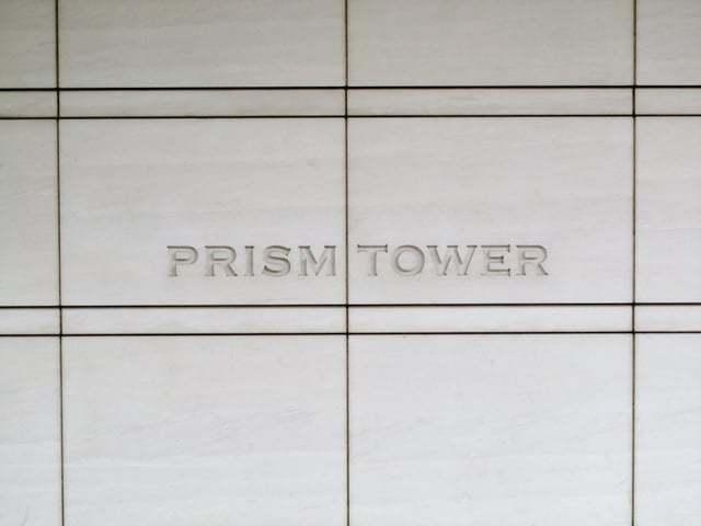 プリズムタワーの看板