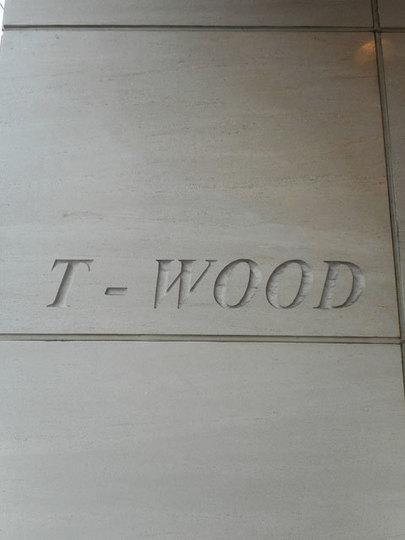 T・WOODビルの看板