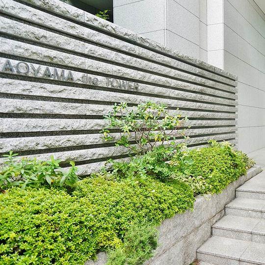 青山ザタワーの看板