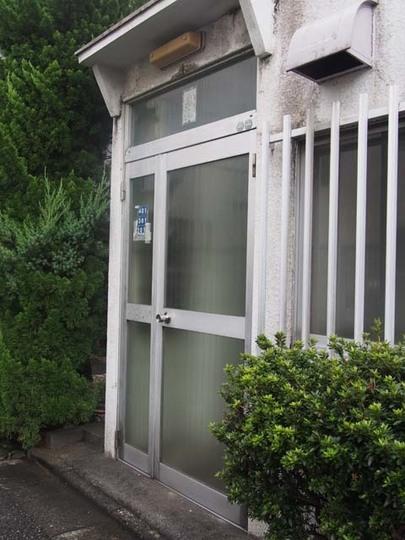 山田宅建ビルのエントランス