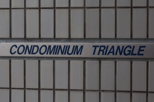 コンドミニアムトライアングルの看板