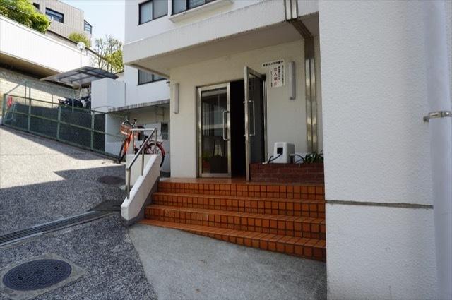 弘明寺ニューフラワーマンションのエントランス