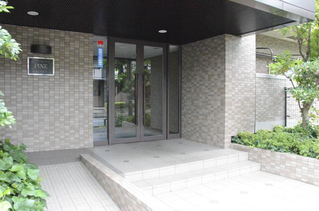 篠崎公園パインマンションのエントランス