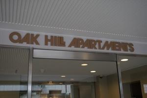 オークヒルアパートメントの看板