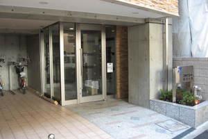 スカイコート駒沢大学のエントランス