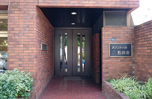 メゾンドール石川台のエントランス