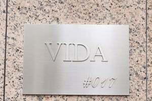ヴィーダ#017の看板