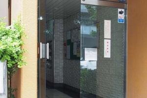小島町永谷マンションのエントランス