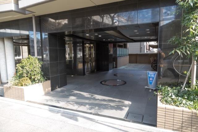 菱和パレス駒沢大学駅前のエントランス