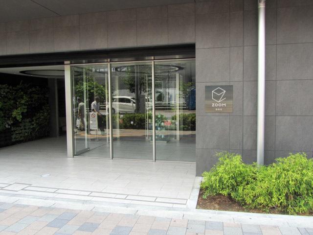 ズーム東新宿のエントランス