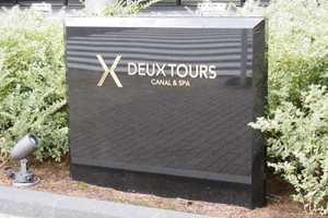 DEUXTOURS(ドゥトゥール)の看板