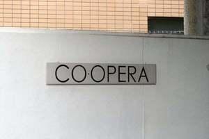 CO・OPERAの看板