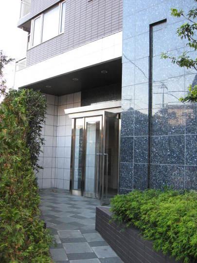 グラーサ駒沢大学のエントランス
