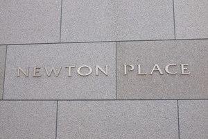 ニュートンプレイスサウスコートの看板