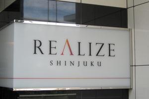 レアレイズ新宿の看板