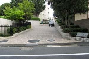 上目黒小川坂ハイツのエントランス