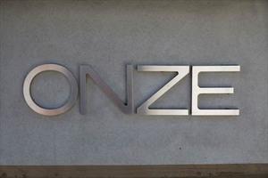 ONZE(オンゼ)の看板
