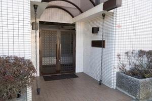 モナークマンション松庵のエントランス