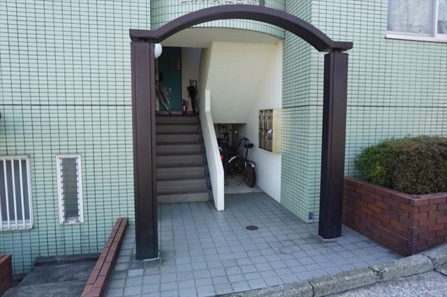 ヒルズ蒔田2番館のエントランス