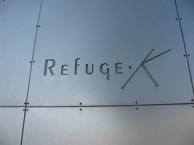 リフュージュKの看板